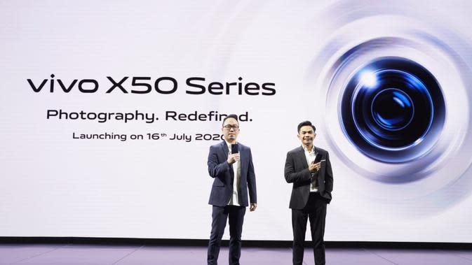 Peluncuran Vivo X50 series oleh Senior Brand Director Vivo Indonesia Edy Kusuma dan Product Manager Vivo Mobile Indonesia Hadie Mandala (Foto: Vivo Indonesia)