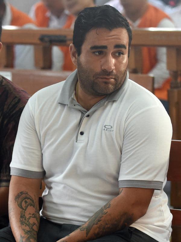 Warga Negara (WN) Amerika, Ian Andrew Hernandez menjalani sidang pembacaan vonis di Pengadilan Negeri (PN) Denpasar, Bali, Senin (13/1/2020). Hernandez divonis hukuman sembilan tahun dan empat bulan penjara karena membawa 6,60 gram kokain dan ganja seberat 23,73 gram. (SONNY TUMBELAKA/AFP)