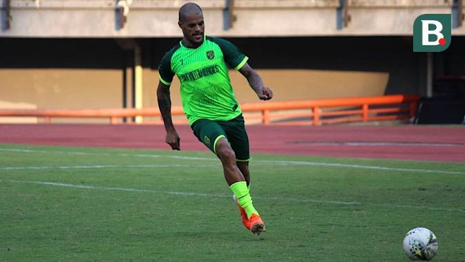 David da Silva mengikuti sesi latihan bersama Persebaya di Stadion Gelora Bung Tomo, Surabaya, Senin (5/8/2019) sore. (Bola.com/Aditya Wany)