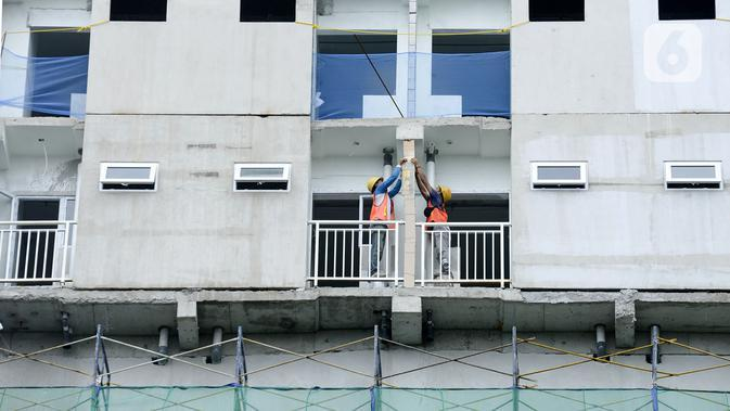 Pekerja menyelesaikan pembangunan apartemen di Stasiun Tanjung Barat, Jakarta, Sabtu (22/2/2020). Ketersediaan sarana yang memadai serta lokasi yang strategis menjadi alasan utama. (merdeka.com/Imam Buhori)