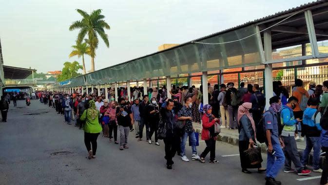 Antrean panjang calon penumpang KRL di Stasiun Bogor. Kondisi ini terjadi lantaran kantor-kantor di Jakarta mulai beroperasi lagi seiring pemberlakuan PSBB masa transisi. (Liputan6.com/Ady Anugrahadi)