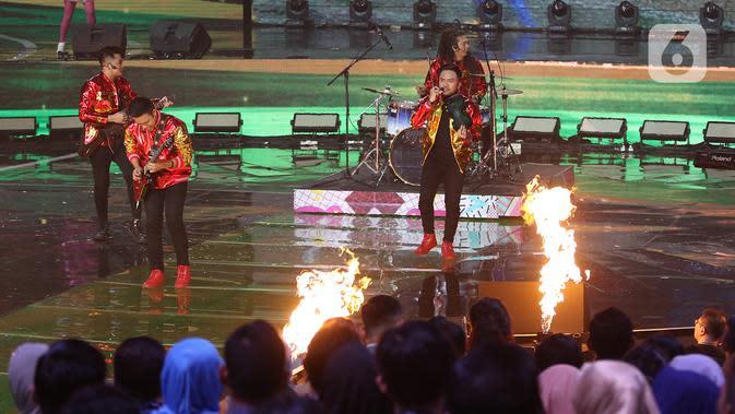 Penampilan The Brothers saat konser Pesta Perak 25 Indosiar di Jakarta, Minggu (12/1/2020). Konser Pesta Perak 25 Indosiar menghadirkan deretan musisi kenamaan Tanah Air. (Liputan6.com/Herman Zakharia)