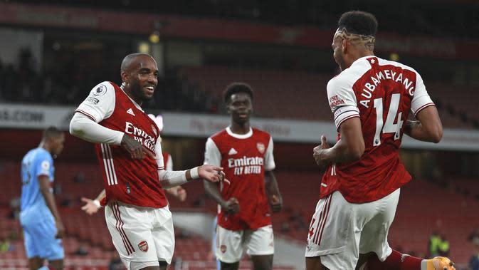 Penyerang Arsenal, Alexandre Lacazette berselebrasi dengan Pierre-Emerick Aubameyang usai mencetak gol ke gawang West Ham pada pertandingan lanjutan Liga Inggris di Stadion Emirates di London, Inggris, Sabtu (19/9/2020). Arsenal menang tipis 2-1 atas West Ham. (AP Photo/Ian Walton, Pool)