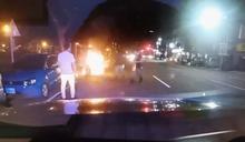 快新聞/機車行經勞工公園突冒煙燒成火球 搶救間還爆炸員警急滅火