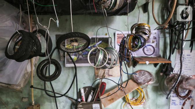 Ban dan onderdil miniatur motor di ruang kerja Kampung Dukuh, Serua, Tangerang Selatan, Sabtu (17/10/2020). Selama masa pandemi Covid-19, miniatur motor yang dijual dengan harga Rp400 - 500 ribu per buah tidak mengalami penurunan omset. (Liputan6.com/Fery Pradolo)
