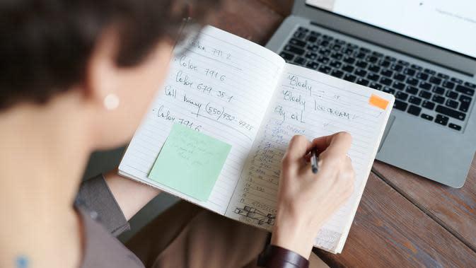 Ilustrasi Menulis Buku Harian Credit: pexels.com/Fauxels