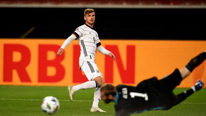 Aksi David de Gea menghalau tendangan striker Timnas Jerman, Timo Werner pada pertandingan Nation League, Jumat (4/9/2020) dini hari WIB. (Thomas KIENZLE / AFP)