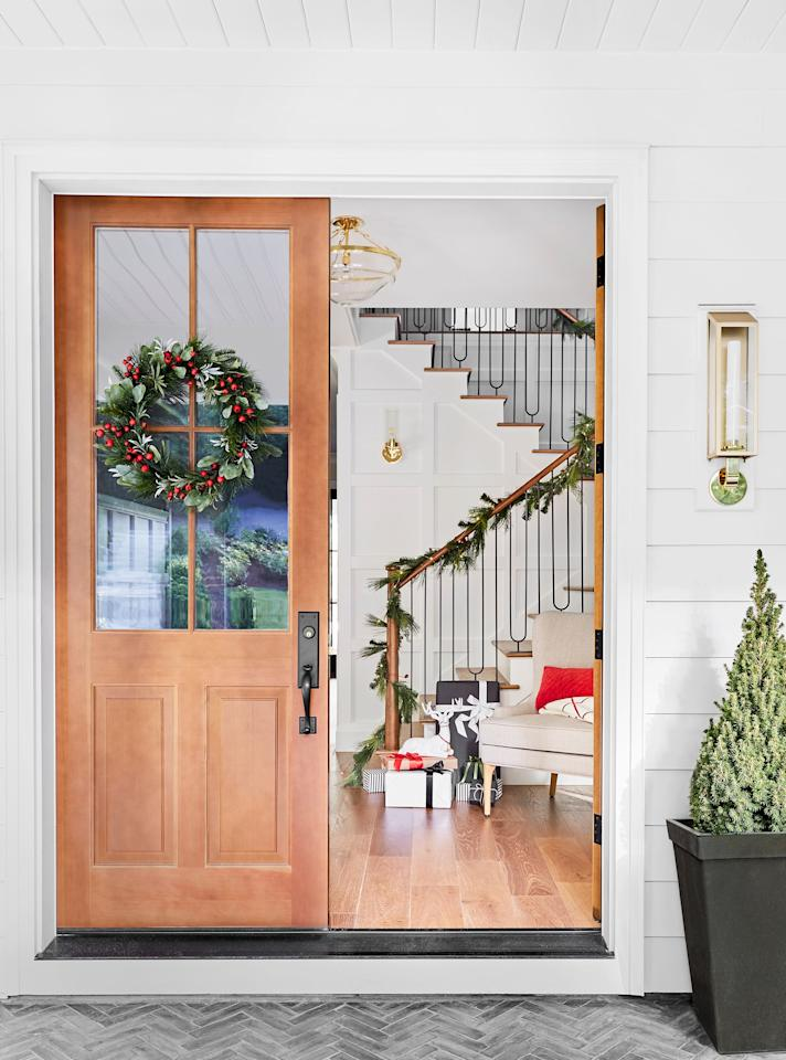 """<p>While your Christmas <a href=""""http://www.housebeautiful.com/entertaining/holidays-celebrations/tips/g505/christmas-tree-decoration-ideas-pictures-1208/"""" target=""""_blank"""">tree</a> does deserve a lot of attention and a <a href=""""https://www.housebeautiful.com/home-remodeling/diy-projects/g2586/fall-wreaths/"""" target=""""_blank"""">wreath</a> steals the show on your front door, never underestimate the power of garlands. You can hang them on walls or across a <a href=""""https://www.housebeautiful.com/room-decorating/living-family-rooms/g1280/cozy-fireplaces-0812/"""" target=""""_blank"""">mantel</a>, thread them through bannisters, frame them over doorways, and even wrap them around your tree—whichever you choose, they'll deliver an instant seasonal upgrade. Whether you want to buy one or take the <a href=""""https://www.housebeautiful.com/entertaining/holidays-celebrations/g22675518/easy-christmas-craft-ideas/"""" target=""""_blank"""">DIY</a> approach this year, we've got tons of gorgeous Christmas garland styling ideas for you. Keep reading to recreate your favorite, or incorporate a few of these 33 ideas throughout your home. </p>"""
