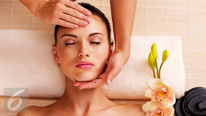 Perawatan kulit seperti facial bisa Anda coba untuk mendapatkan kulit wajah cantik dan sehat. (Foto: iStockphoto)