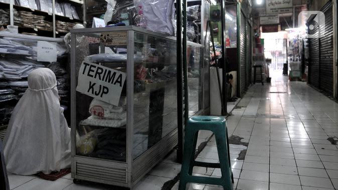 Pedagang menunaikan salat di dalam kios saat pemberlakukan ganjil genap pasar tradisional di Jakarta, Senin (15/6/2020). Hari ini PD Pasar Jaya memberlakukan penerapan ganjil genap di pasar tradisional sebagai upaya membatasi jumlah pengunjung selama masa PSBB transisi (merdeka.com/Iqbal S. Nugroho)