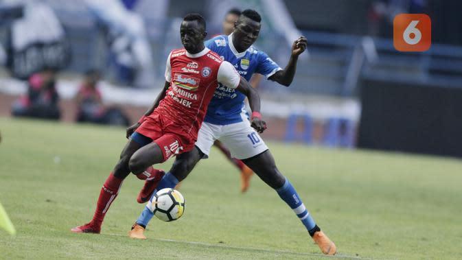 Striker Persib Bandung, Ezechiel N'Douassel, berebut bola dengan gelandang Arema FC, Makan Konate, pada laga Liga 1 di Stadion GBLA, Jawa Barat, Kamis (13/9/2018). Persib menang 2-0 atas Arema FC. (Bola.com/M Iqbal Ichsan)