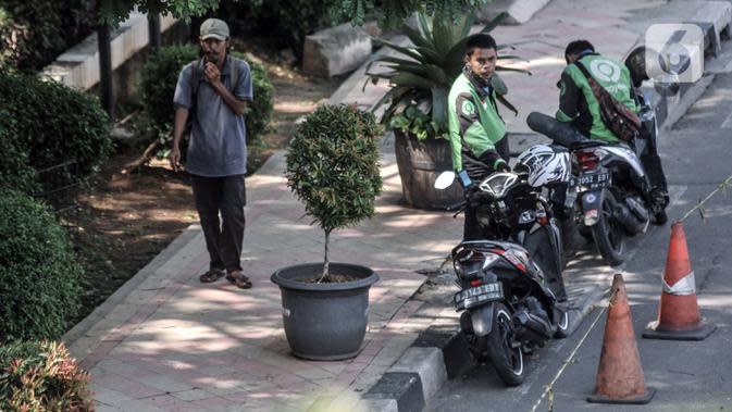 Sebagian warga tidak mengenakan masker saat beraktivitas di kawasan Pancoran Mas, Depok, Jawa Barat, Rabu (26/8/2020). Pemerintah Kota Depok mencatat sebanyak 48 kelurahan dari 11 kecamatan di Kota Depok masuk dalam kategori Zona Merah penularan COVID-19. (merdeka.com/Iqbal S. Nugroho)