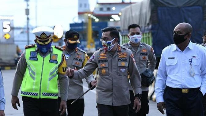 Kepala Korlantas Polri Irjen Pol Istiono saat memantau Operasi Ketupat di Pelabuhan Merak, Banten, Minggu (26/4/2020)