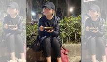 Selina坐公園吃豆花 素顏照逆齡20歲令人吃驚