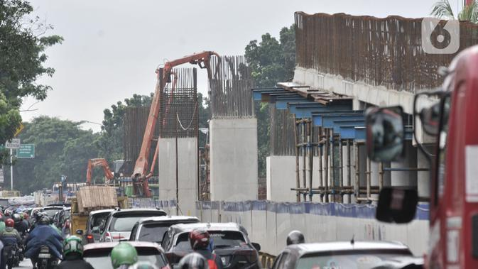 Kendaraan melintasi proyek pembangunan Flyover Lenteng Agung, Jakarta, Rabu (26/2/2020). Proyek jalan layang putar arah tersebut diharapkan mampu mengurai kemacetan akibat perlintasan sebidang di kawasan tersebut. (merdeka.com/Iqbal Nugroho)