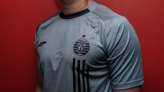 Penampakan satu di antara jersey anyar Persija Jakarta setelah bekerja sama dengan apparel lokal, Juara. (Dok. Media Persija)