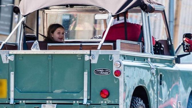 Lihat Penampilan Keren David Beckham Belanja Pakai Land Rover Klasik (Facebook David Beckham gallery)