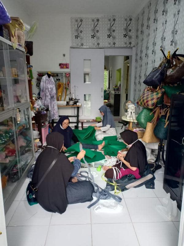UKM-UKM yang aktif di Rumah Kreatif BUMN (RKB) binaan BNI ini memproduksi baju pelindung, masker medis, hingga hand sanitizer.