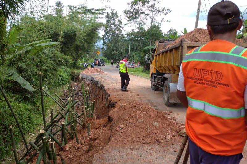 Longsor, Bina Marga Jabar imbau warga hati-hati lintasi jalur selatan