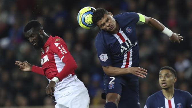 Bek PSG, Thiago Silva berebut bola dengan pemain AS Monaco, Fode Ballo-Toure pada pertandingan lanjutan Liga Prancis di Stadion Louis II, Monaco (15/1/2020). PSG menang telak atas Monaco 4-1. (AP Photo/Daniel Cole)