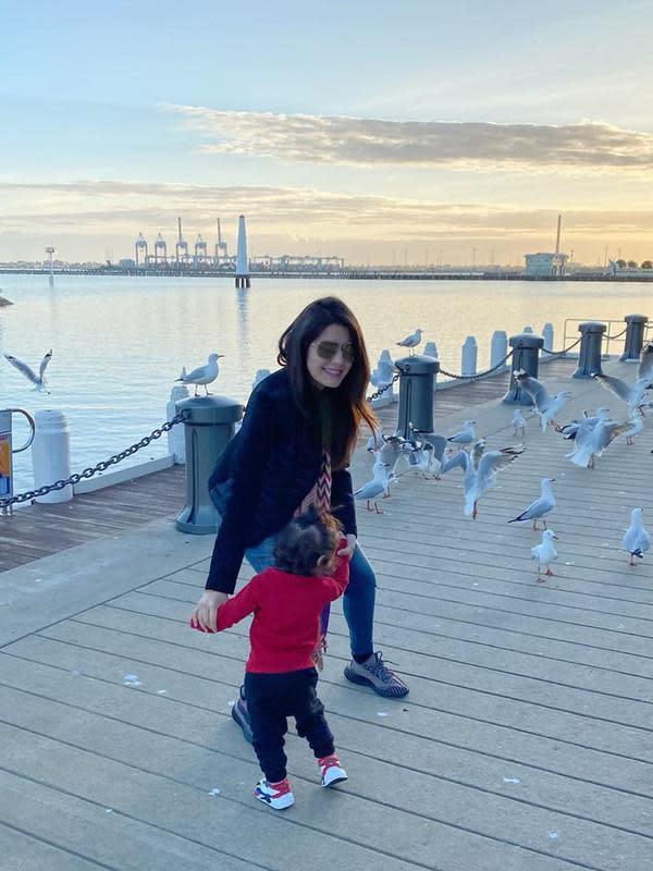 Melalui akun instagramnya, @carissa_puteri, ia mengabarkan bahwa di tempatnya tinggal kondisinya semakin hari semakin baik. Pada 22 April, ia membagikan potret bersama anaknya menikmati Port Melbourne. (Instagram/carissa_puteri)