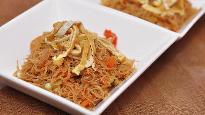Ilustrasi bihun goreng wortel./Copyright shutterstock.com/g/pamanaheri