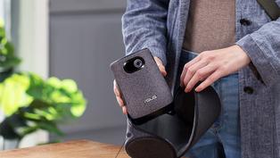 華碩「ASUS ZenBeam Latte L1」攜帶式投影機在台上市,內建電池讓外出露營也能享受投影追劇生活