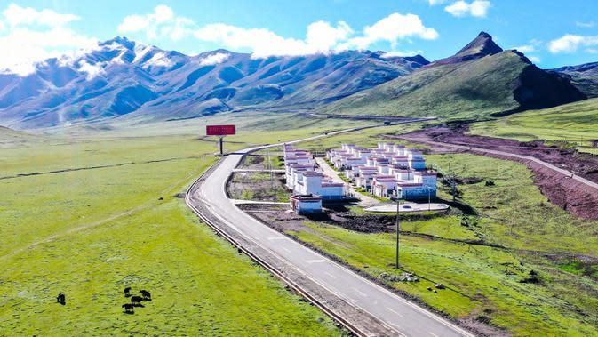 Foto dari udara yang diabadikan pada 14 Juni 2020 ini memperlihatkan area relokasi di samping Jalan Raya Nasional No. 317 di Qamdo, Daerah Otonom Tibet, China barat daya. (Xinhua/Tian Jinwen)