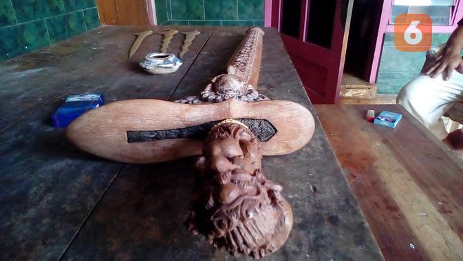 Inilah salah satu keris legendaris karya Empu Aeng Tongtong bernama Murka'. Beratnya mencapai 3 kilogram.