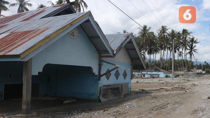 Salah satu rumah warga di Desa Bangga, Sigi yang telah terkubur pasir dan lumpur. Dusun itu sudah ditinggalkan warganya mengungsi. dan menjadi zona merah. (Foto: Liputan6.com/ Heri Susanto).