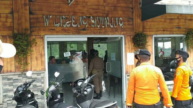 Aparat gabungan sedang membubarkan pengunjung yang sedang makan di kawasan Puncak, Bogor, Selasa (26/5/2020). (Liputan6.com/ Achmad Sudarno )