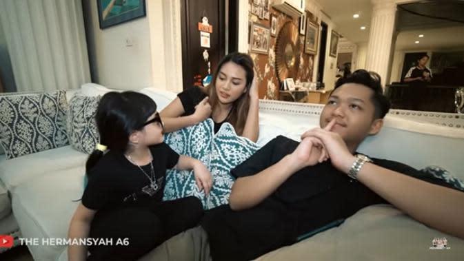 Selain dari ibundanya, Azriel juga mendapat hadiah sepatu dari adik Atta Halilintar, Thariq yang juga memberikan sepatu merek Nike. (Youtube/ The Hermansyah A6)
