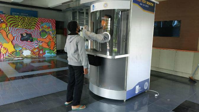Bilik tes swab karya ITS dan RS Unair (Foto: Liputan6.com/Dian Kurniawan)