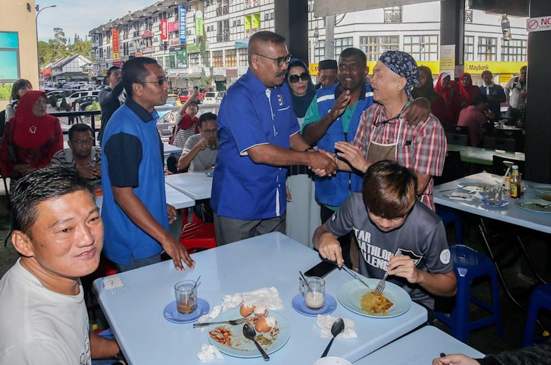 Barisan Nasional Cameron Highlands by-election candidate Ramli Mohd Noor greets locals in Tanah Rata January 13, 2019. — Picture by Farhan Najib