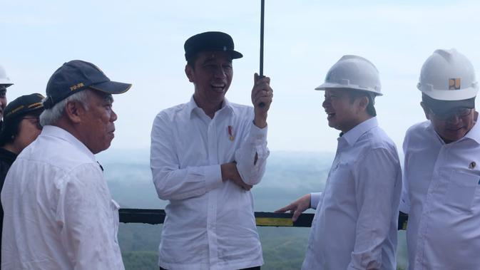 Presiden Jokowi meninjau ibu kota baru di Kecamatan Sepaku, Kabupaten Penajam Paser Utara, Kalimantan Timur, Selasa (17/12/2019).(Liputan6.com/ Lizsa Egeham)