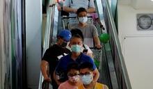 台北大批民眾到超市搶購生活物資