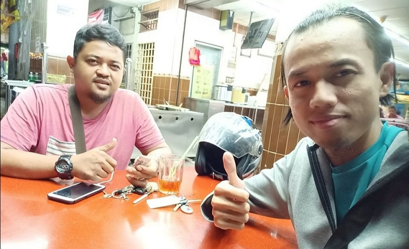 Shazwan Khalid (right) successfully returned the bundle of money he found at Ulu Tiram, Johor Baru to the owner after posting it on social media. ― Picture via Facebook/ Shazwan Khalid