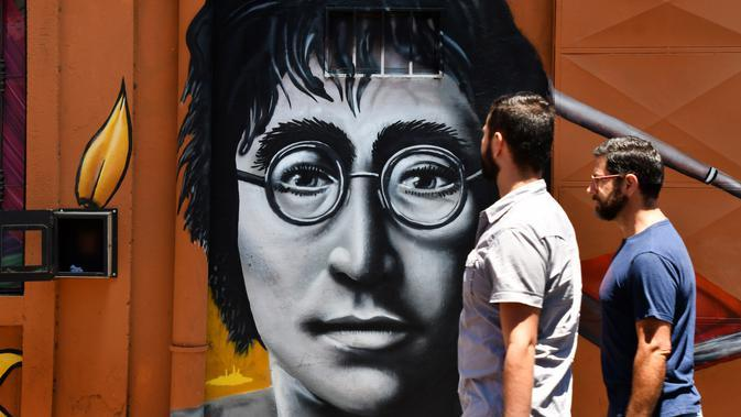 Mural potret John Lennon saat Festival Aliados di San Jose, Costa Rica (11/3). Acara ini bertujuan untuk memperat hubungan antar negara khusus para seniman mural. (AFP Photo/Ezequiel Becerra)