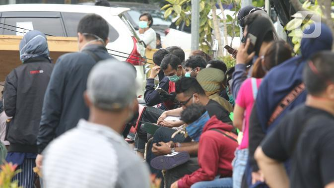Sejumlah warga antre untuk mengikuti pemeriksaan mandiri virus corona COVID-19 di rumah sakit rujukan RSUD Pasar Minggu, Jakarta Selatan, Kamis (26/3/2019). Pemeriksaan diikuti oleh Orang Dalam Pemantauan (ODP), Pasien Dalam Pengawasan (PDP), dan suspect. (Liputan6.com/Herman Zakharia)
