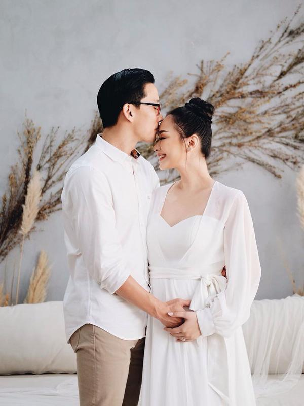 Perempuan yang juga bermain dalam film Berbagi Suami itu juga membagikan pengalamannya saat berbadan dua. Saat usia lima bulan, Yuanita juga merasakan gerakan janin dalam perutnya. (Instagram/yuanitachrist)