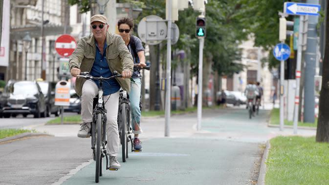 Sejumlah pesepeda terlihat di sebuah jalan di Wina, Austria, pada 19 Juni 2020. Semakin banyak warga di Wina yang memilih bepergian dengan sepeda selama pandemi COVID-19, dengan jumlah pesepeda meningkat 45 persen pada Mei 2020 dibandingkan dengan periode yang sama pada 2019. (Xinhua/Guo Chen)