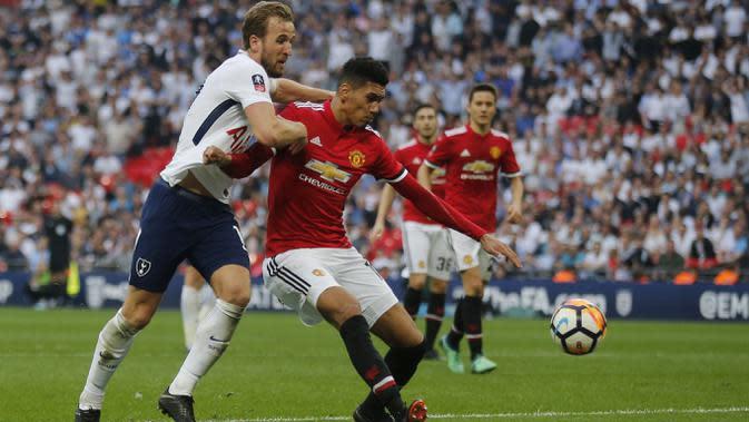 Duel pemain Manchester United, Chris Smalling dan pemain Tottenham Hotspur, Harry Kane pada semifinal Piala FA di Wembley stadium, London, (21/4/2018). MU menang 2-1. (AP/Frank Augstein)