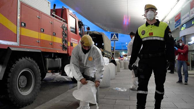 Anggota Unit Darurat Militer bersiap melakukan disinfeksi di Bandara Josep Tarradellas Barcelona-El Prat, El Prat de Llobregat, Spanyol, 19 Maret 2020. Hingga 21 Maret 2020, Spanyol melaporkan 21.571 kasus virus corona COVID-19 dengan 1.093 orang dinyatakan meninggal. (Photo by Josep LAGO/AFP)