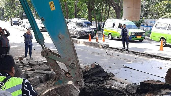Jalan ambles di Daan Mogot diperbaiki. (Pramita/Liputan6.com)