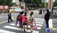 集集員警貼心「護童專案」 學生平安上下學