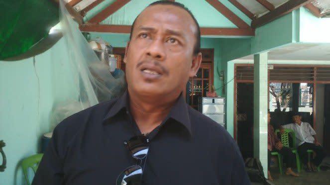Musikus dangdut, Imron Sadewo, di rumah duka almarhumah Ida Laila