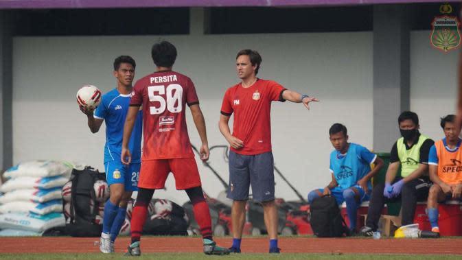 Pelatih Bhayangkara FC, Paul Munster, memberikan instruksi kepada anak asuhnya dalam laga uji coba kontra Persita Tangerang di Stadion Sport Center, Kelapa Dua, Tangerang, Sabtu (19/9/2020). Bhayangkara FC kalah 0-1 dalam laga itu. (Dok. Bhayangkara FC)