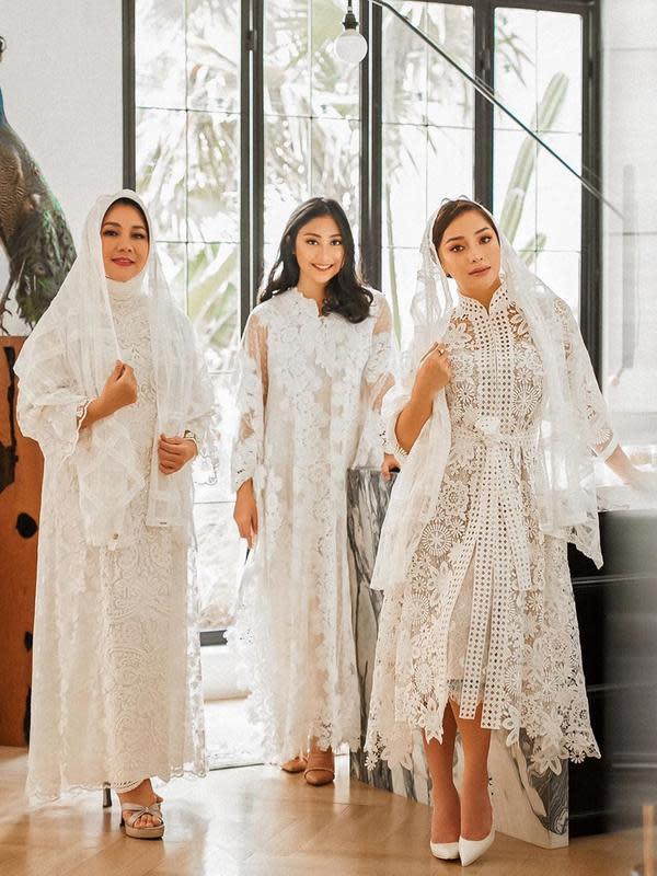 Tidak heran bila Nikita Willy memiliki gaya fashion yang menarik. Seperti saat Lebaran, ia pun mengenakan hijab dengan modis bersama keluarganya dalam momen hari kemenangan tersebut. (Liputan6.com/IG/@nikitawillyofficial94)