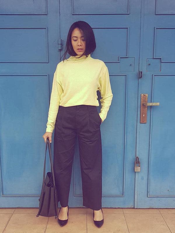 Turtle neck warna kuning juga cocok dipadukan dengan celana kain berwarna hitam, seperti Nabila ini. Hanya dengan sepatu hitam berhak rendah, gayanya memesona. (Liputan6.com/IG/@fastynabila)