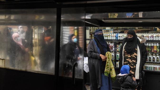 Orang-orang mengantre makan Halal gratis untuk Iftar selama bulan suci Ramadan di depan Masjid Taqwa, Brooklyn, New York (14/5/2020). Acara ini untuk menghormati ibu Wakil Advokat Publik Kashif Hussain meninggal karena COVID-19 pada 7 April 2020. (Stephanie Keith/Getty Images/AFP)